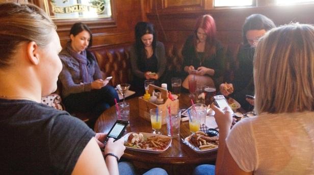phones in restaurant